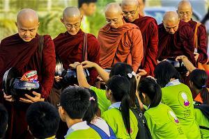 Bài viết, tiểu luận, truyện ngắn - Nét đẹp trì bình khất thực trên đất Thái Lan